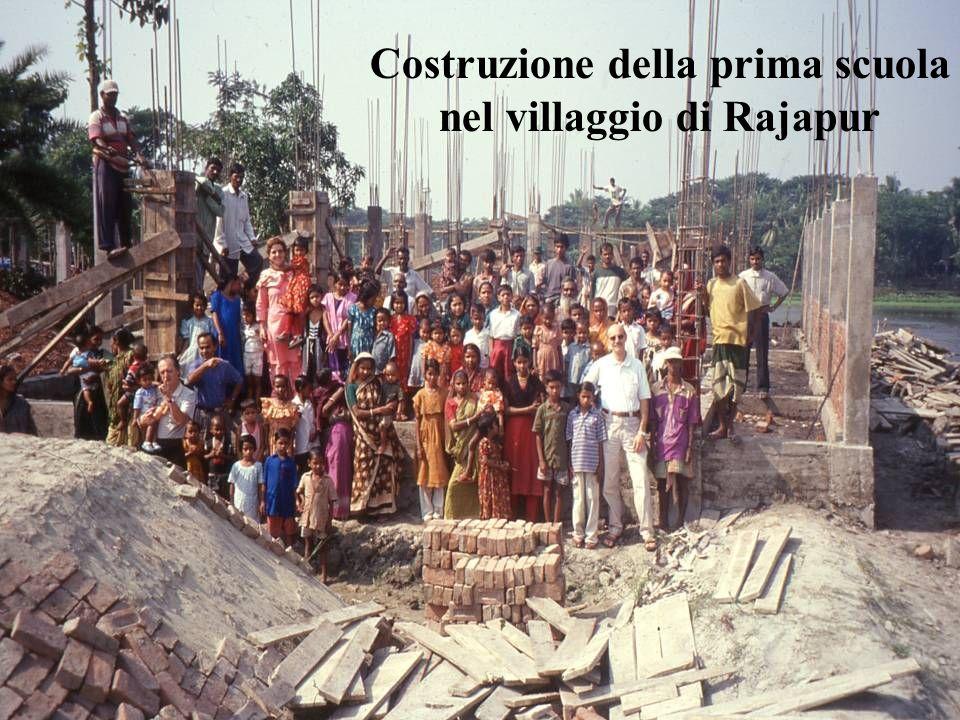 Costruzione della prima scuola nel villaggio di Rajapur