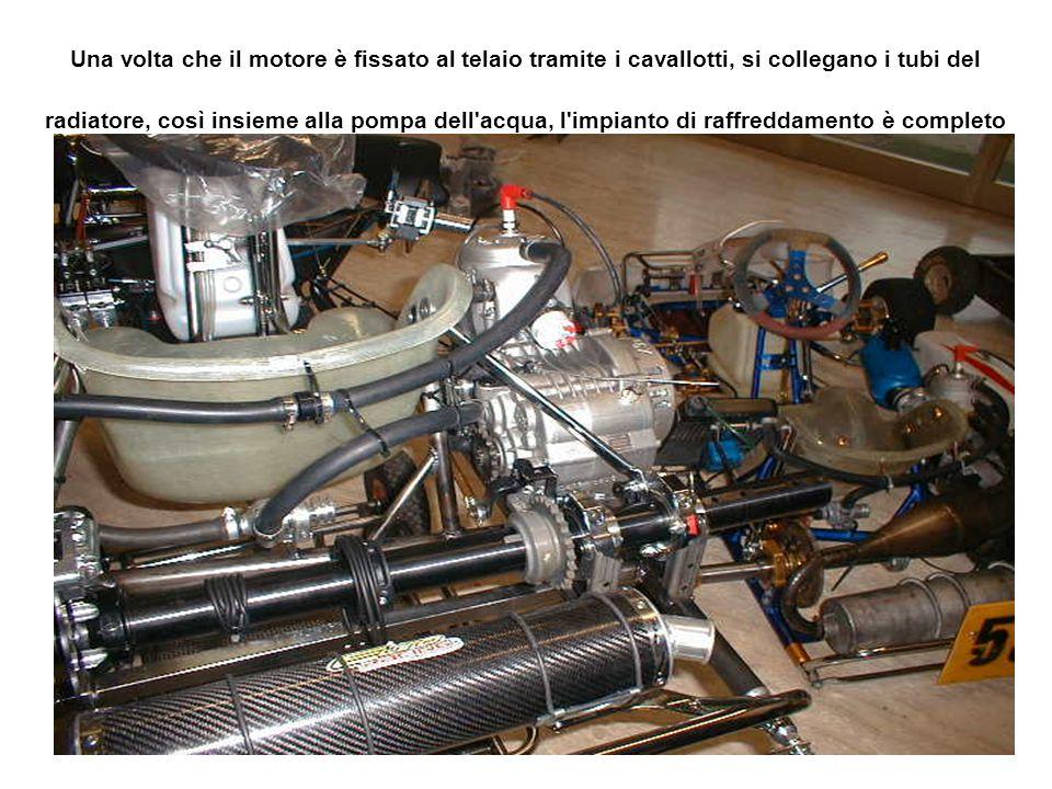 Una volta che il motore è fissato al telaio tramite i cavallotti, si collegano i tubi del radiatore, così insieme alla pompa dell acqua, l impianto di raffreddamento è completo