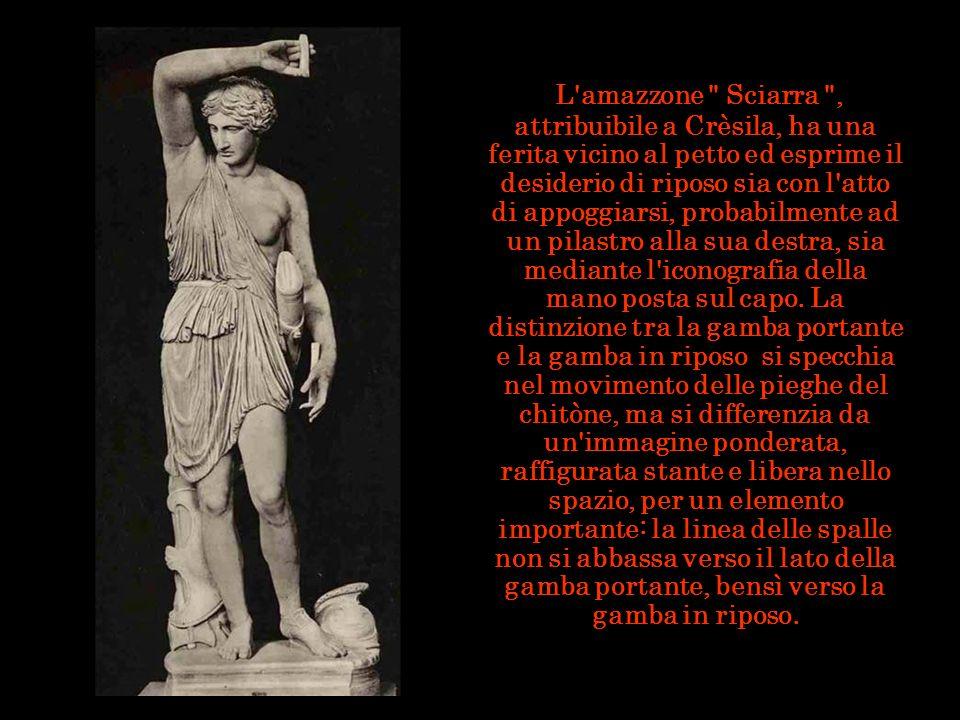 L amazzone Sciarra , attribuibile a Crèsila, ha una ferita vicino al petto ed esprime il desiderio di riposo sia con l atto di appoggiarsi, probabilmente ad un pilastro alla sua destra, sia mediante l iconografia della mano posta sul capo.