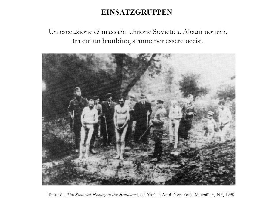 EINSATZGRUPPEN Un esecuzione di massa in Unione Sovietica. Alcuni uomini, tra cui un bambino, stanno per essere uccisi.