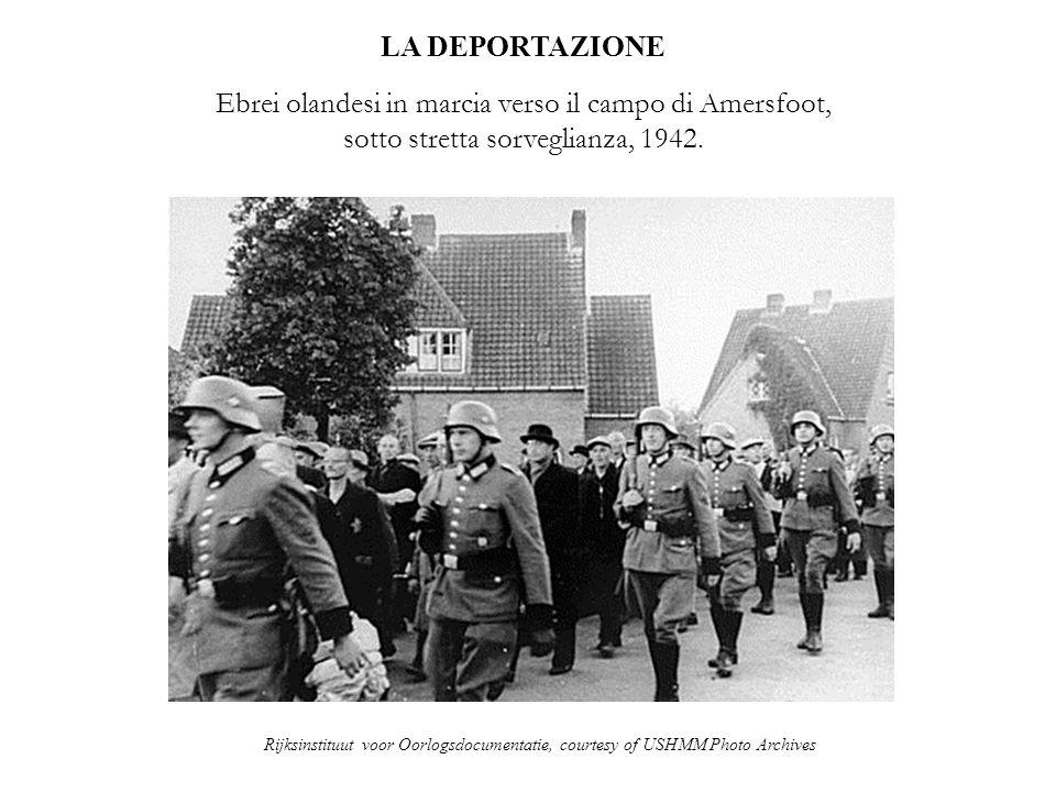 LA DEPORTAZIONE Ebrei olandesi in marcia verso il campo di Amersfoot, sotto stretta sorveglianza, 1942.