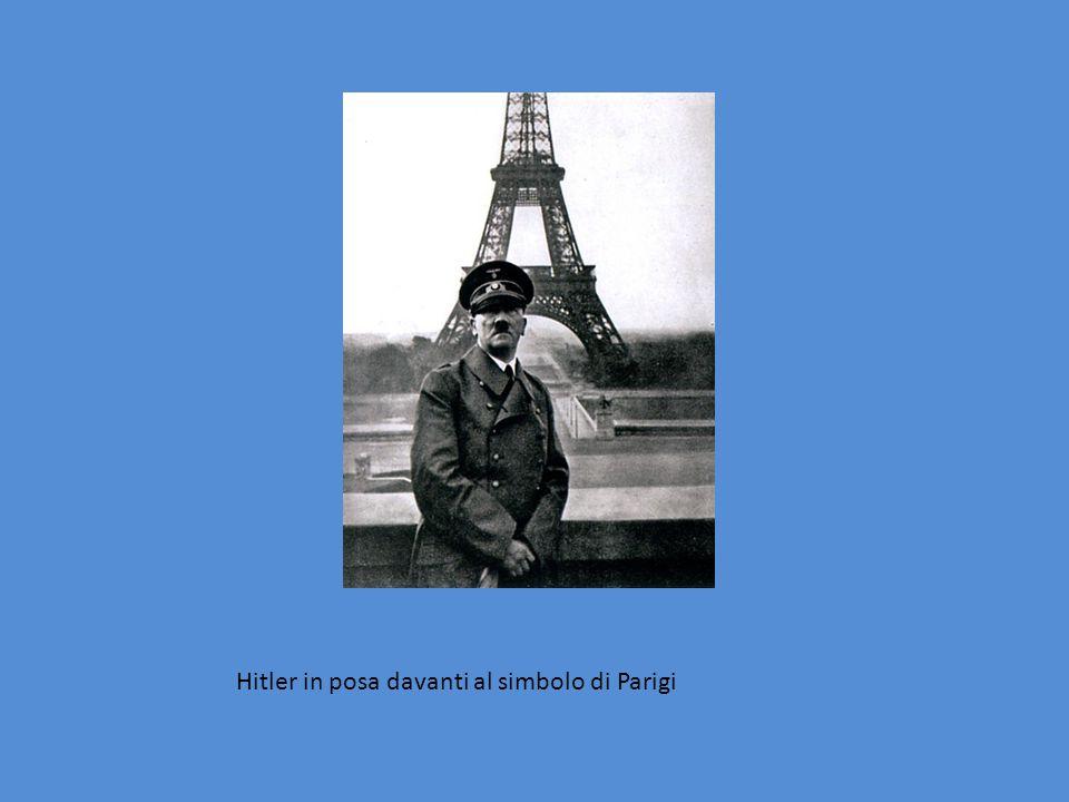 Hitler in posa davanti al simbolo di Parigi