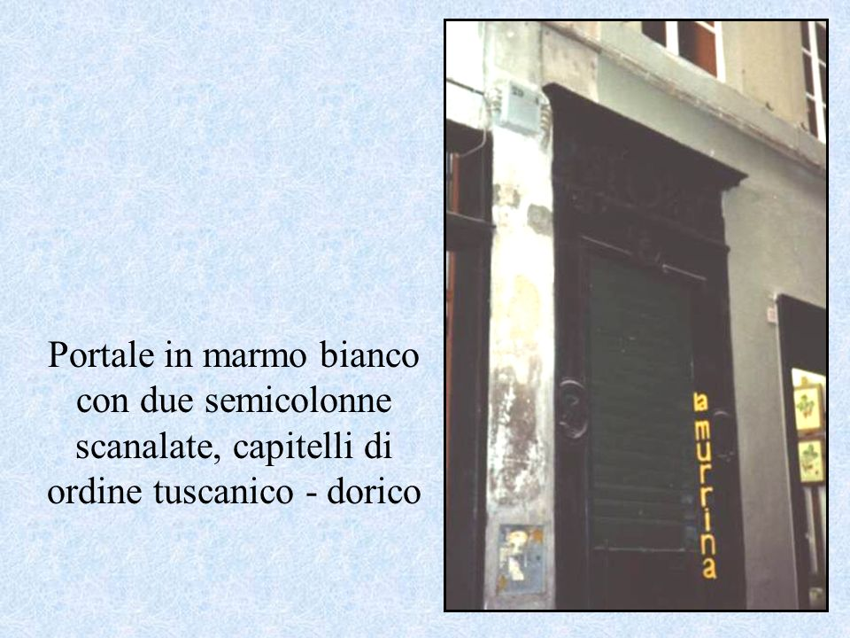 Portale in marmo bianco con due semicolonne scanalate, capitelli di ordine tuscanico - dorico