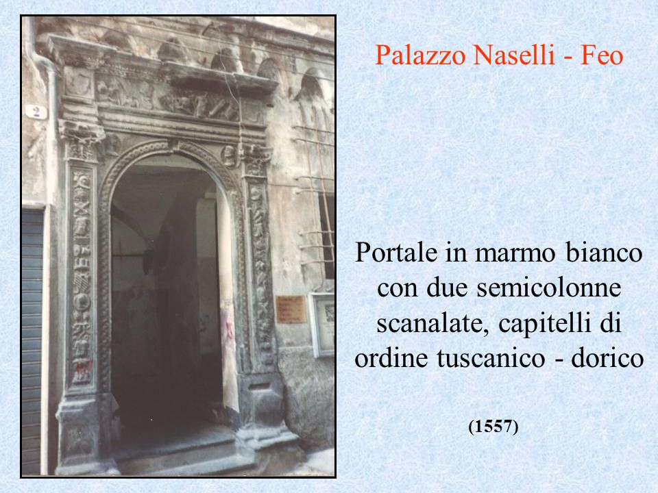 Palazzo Naselli - Feo Portale in marmo bianco con due semicolonne scanalate, capitelli di ordine tuscanico - dorico.