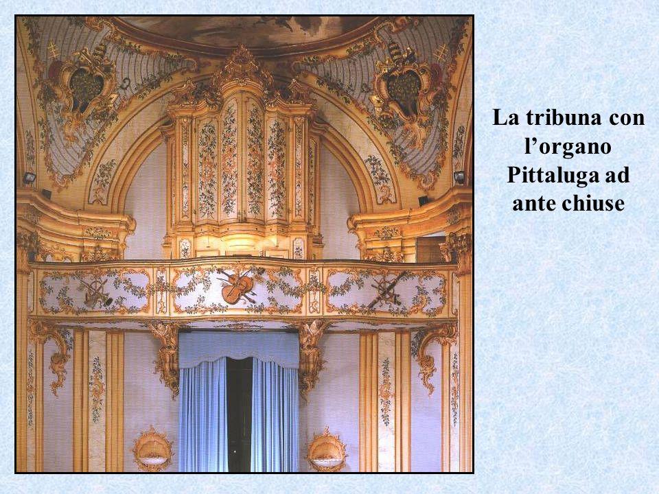 La tribuna con l'organo Pittaluga ad ante chiuse