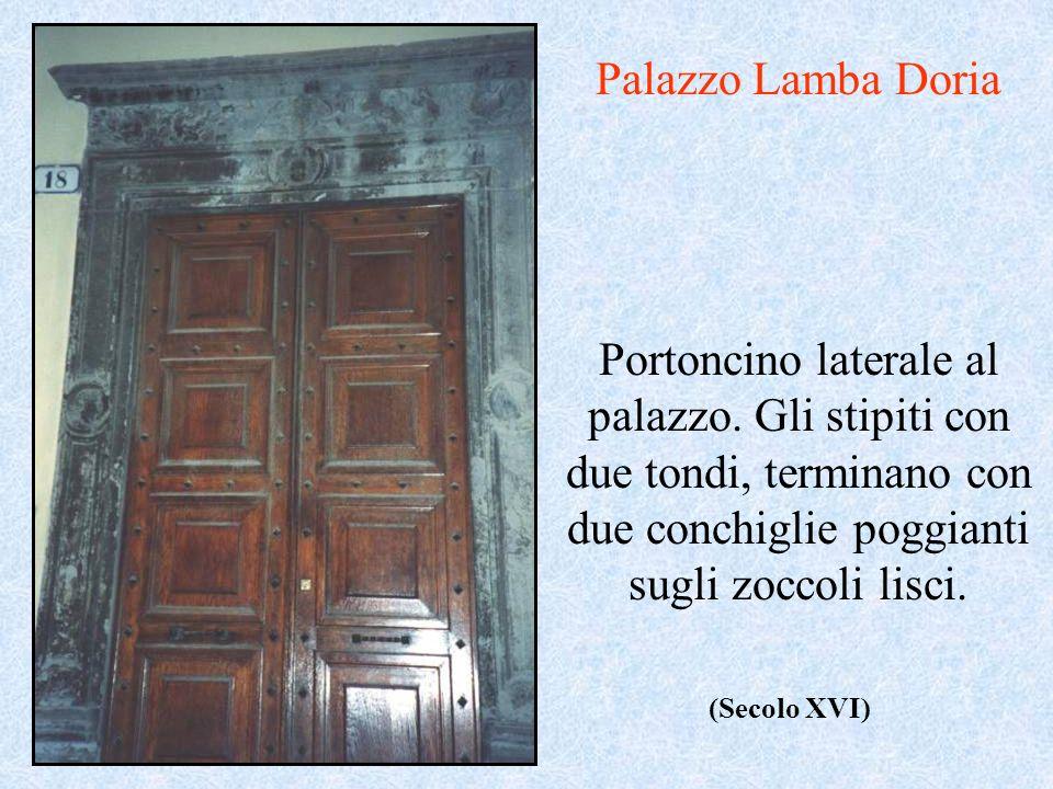 Palazzo Lamba Doria Portoncino laterale al palazzo. Gli stipiti con due tondi, terminano con due conchiglie poggianti sugli zoccoli lisci.