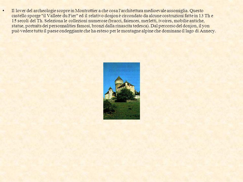 Il lover del archeologie scopre in Montrottier a che cosa l architettura medioevale assomiglia.