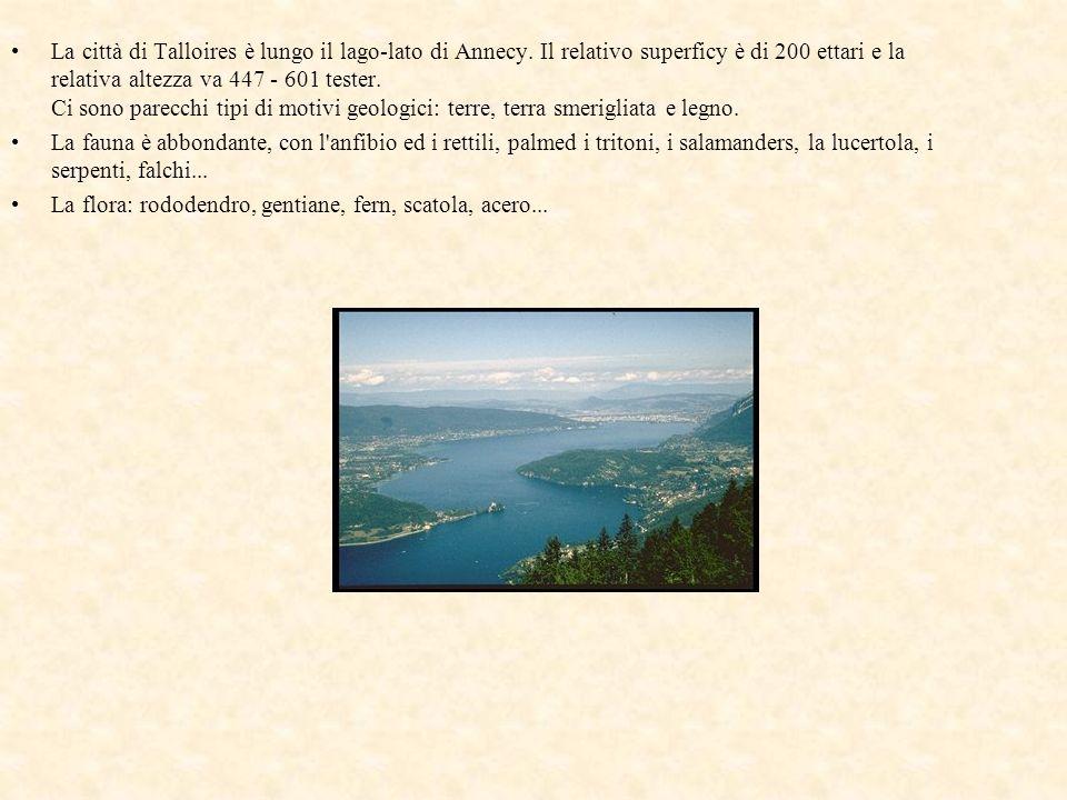 La città di Talloires è lungo il lago-lato di Annecy