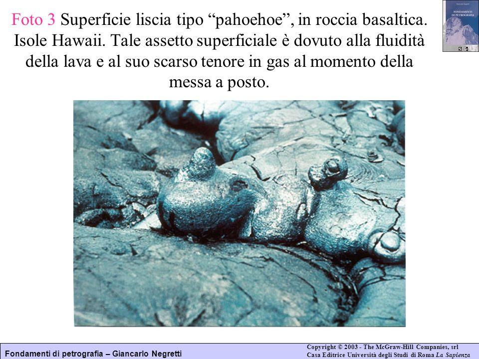 Foto 3 Superficie liscia tipo pahoehoe , in roccia basaltica