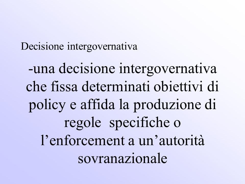 -una decisione intergovernativa che fissa determinati obiettivi di policy e affida la produzione di regole specifiche o l'enforcement a un'autorità sovranazionale