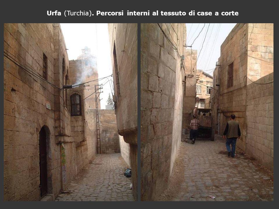 Urfa (Turchia). Percorsi interni al tessuto di case a corte
