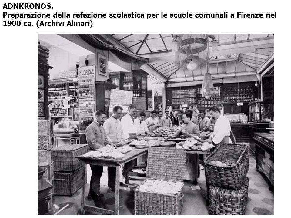 ADNKRONOS. Preparazione della refezione scolastica per le scuole comunali a Firenze nel 1900 ca.
