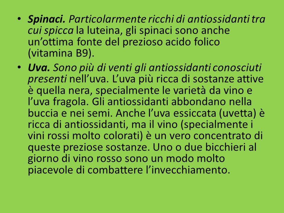 Spinaci. Particolarmente ricchi di antiossidanti tra cui spicca la luteina, gli spinaci sono anche un'ottima fonte del prezioso acido folico (vitamina B9).