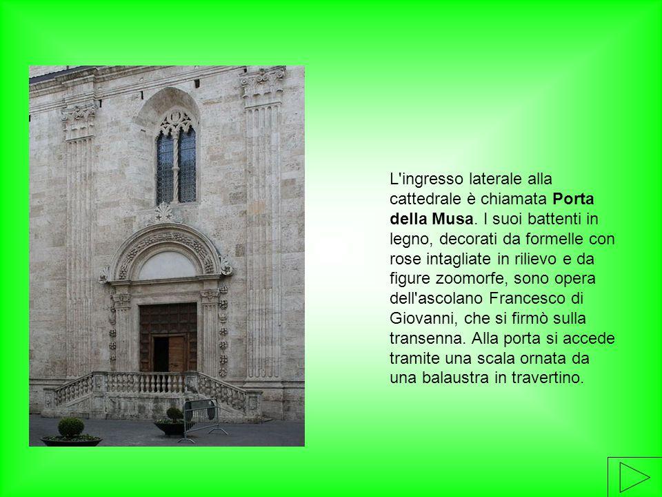 L ingresso laterale alla cattedrale è chiamata Porta della Musa