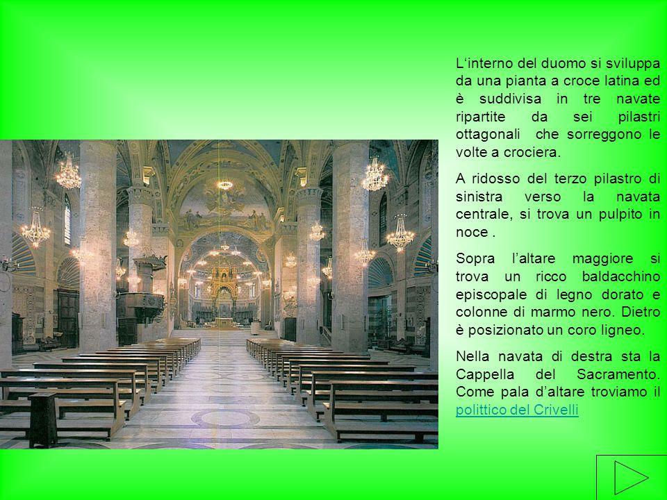 L'interno del duomo si sviluppa da una pianta a croce latina ed è suddivisa in tre navate ripartite da sei pilastri ottagonali che sorreggono le volte a crociera.