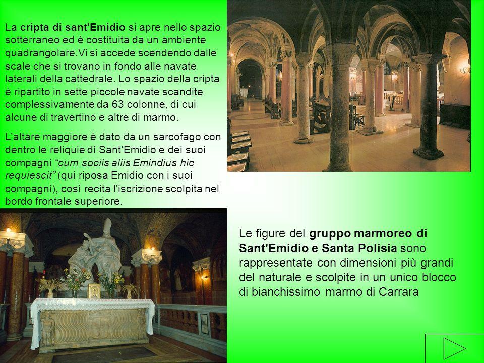 La cripta di sant Emidio si apre nello spazio sotterraneo ed è costituita da un ambiente quadrangolare.Vi si accede scendendo dalle scale che si trovano in fondo alle navate laterali della cattedrale. Lo spazio della cripta è ripartito in sette piccole navate scandite complessivamente da 63 colonne, di cui alcune di travertino e altre di marmo.