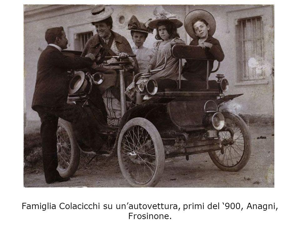 Famiglia Colacicchi su un'autovettura, primi del '900, Anagni, Frosinone.