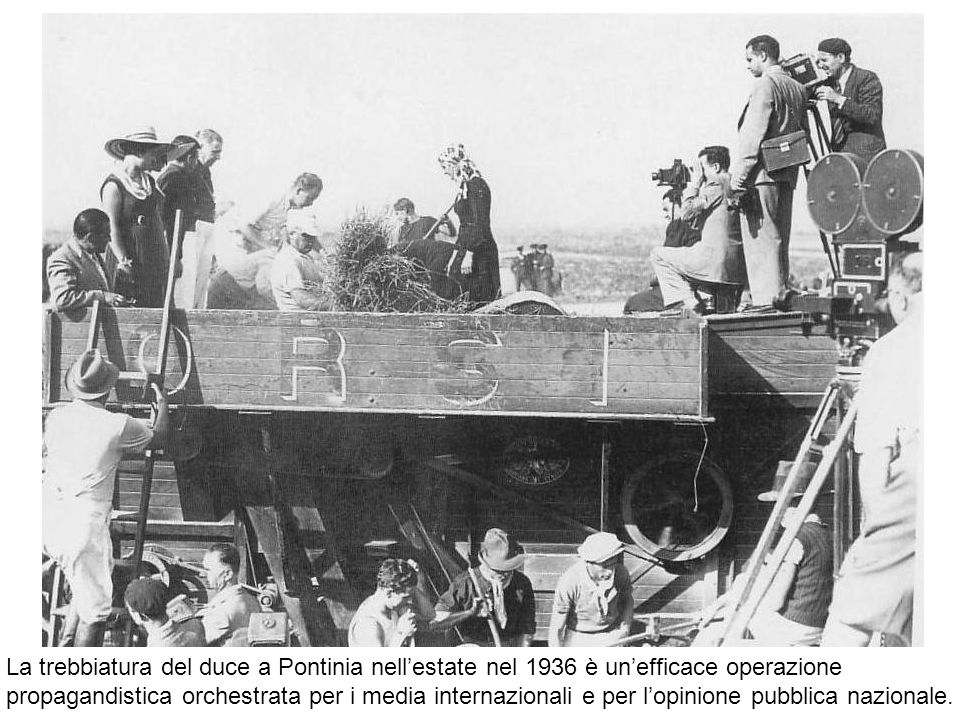 La trebbiatura del duce a Pontinia nell'estate nel 1936 è un'efficace operazione