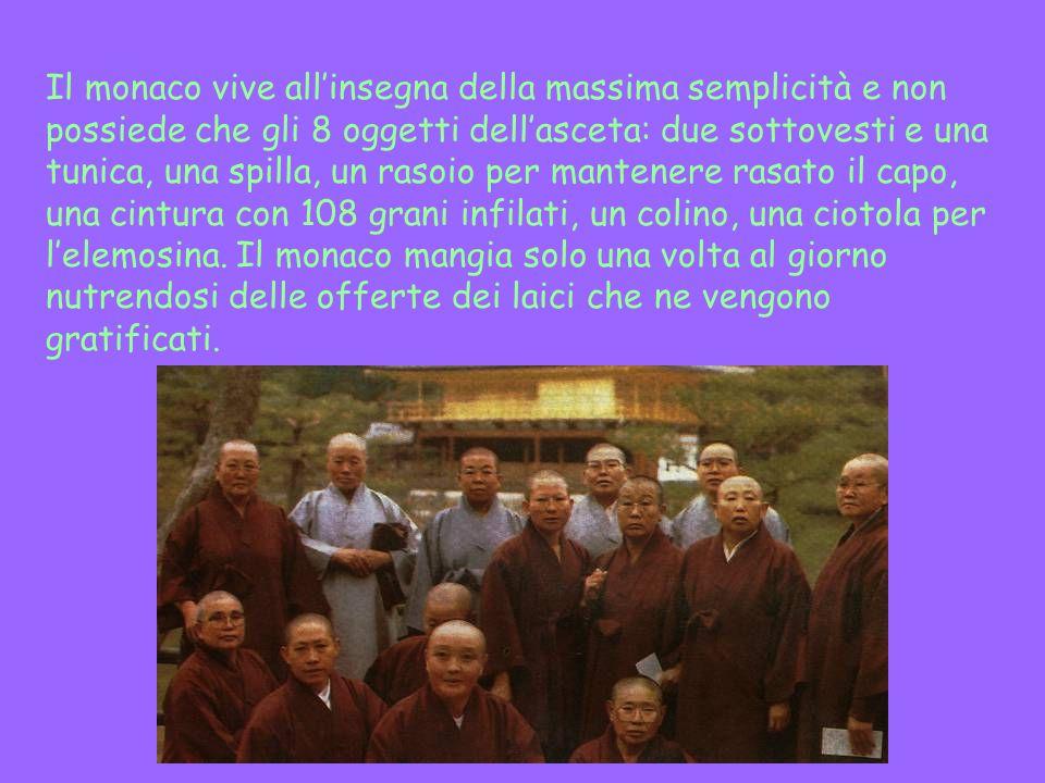 Il monaco vive all'insegna della massima semplicità e non possiede che gli 8 oggetti dell'asceta: due sottovesti e una tunica, una spilla, un rasoio per mantenere rasato il capo, una cintura con 108 grani infilati, un colino, una ciotola per l'elemosina.