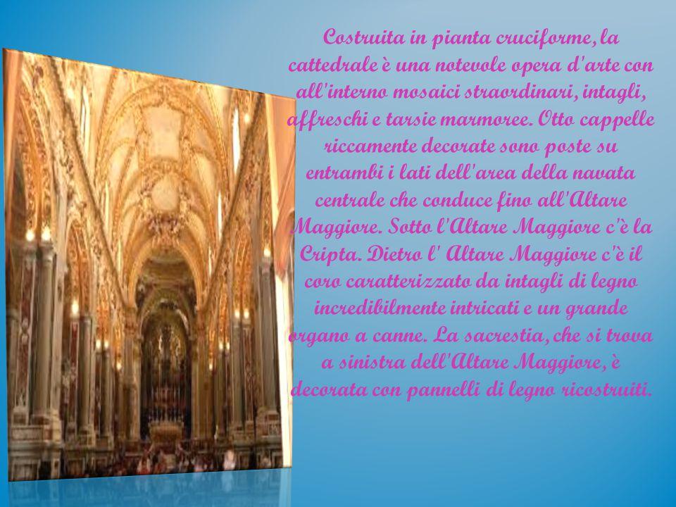Costruita in pianta cruciforme, la cattedrale è una notevole opera d arte con all interno mosaici straordinari, intagli, affreschi e tarsie marmoree.