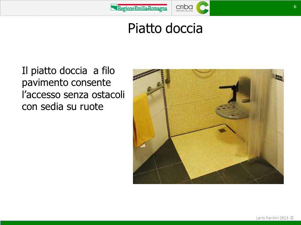 Piatto doccia Il piatto doccia a filo pavimento consente l'accesso senza ostacoli con sedia su ruote.