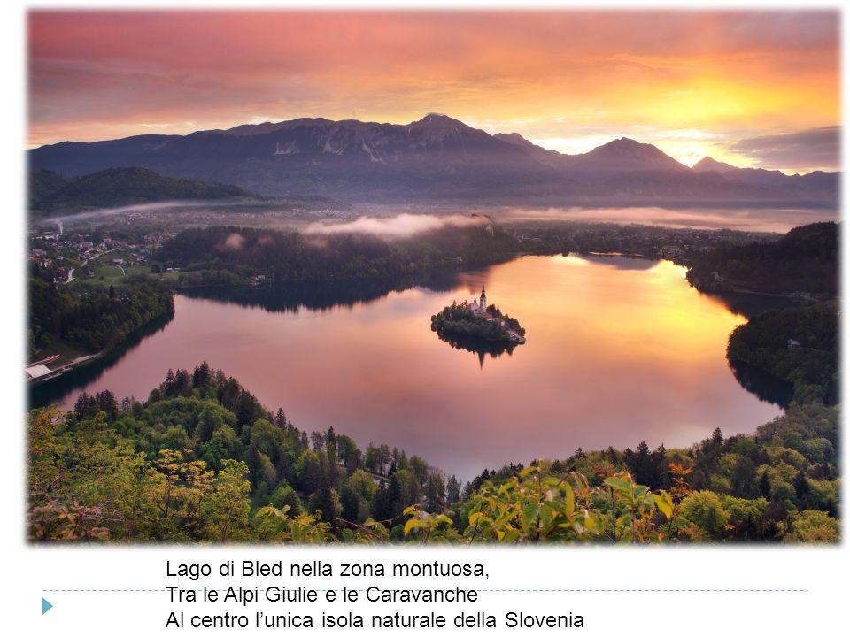 Lago di Bled nella zona montuosa,