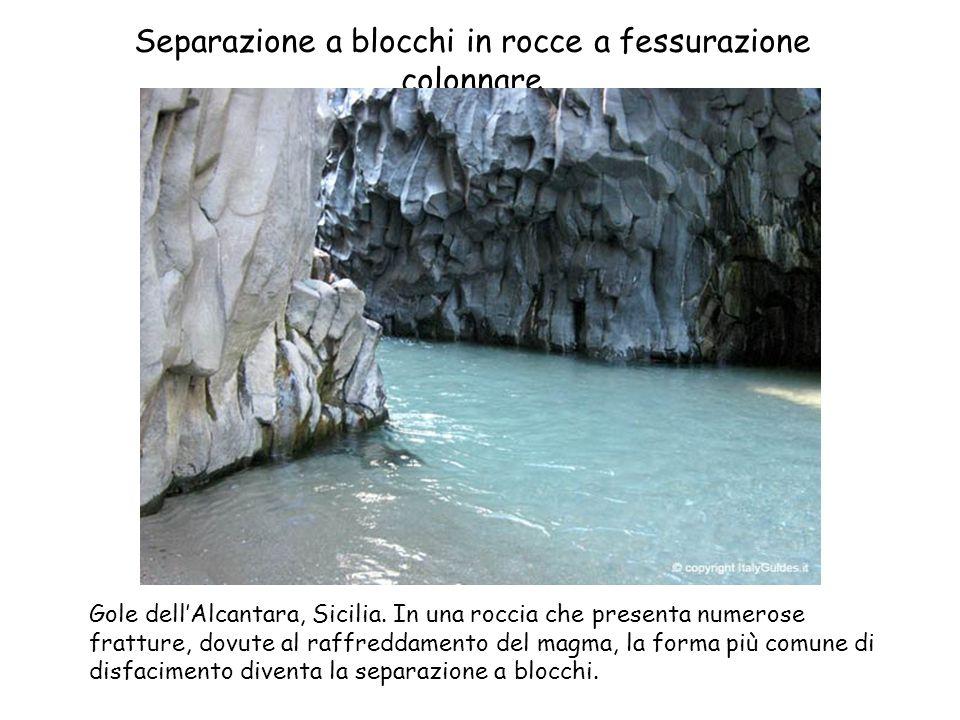 Separazione a blocchi in rocce a fessurazione colonnare