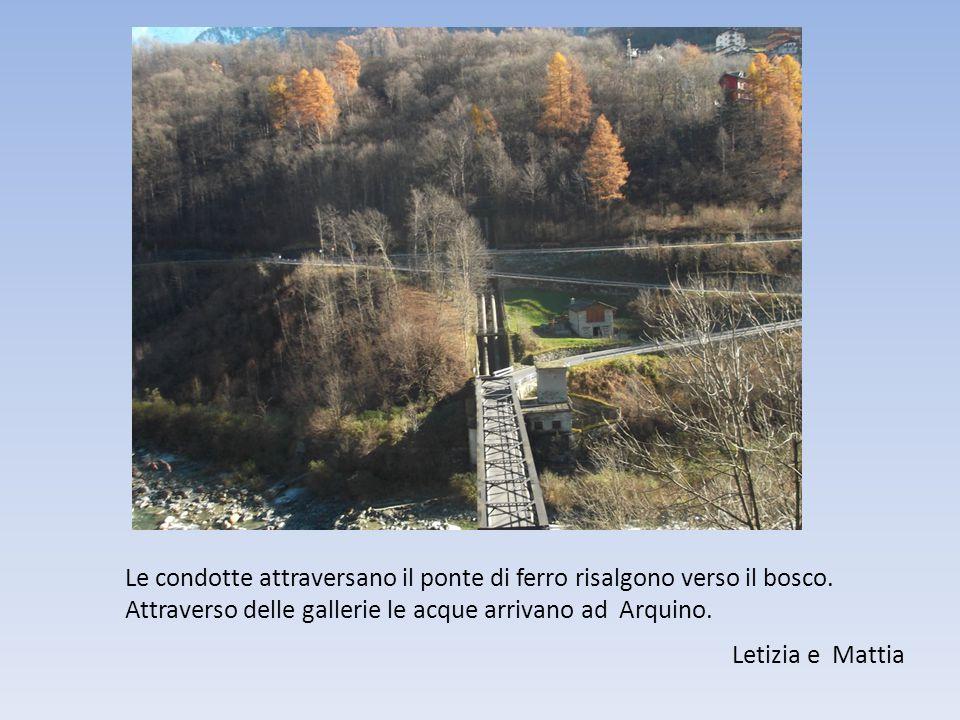 Le condotte attraversano il ponte di ferro risalgono verso il bosco