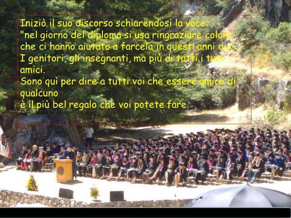 Iniziò il suo discorso schiarendosi la voce: nel giorno del diploma si usa ringraziare coloro