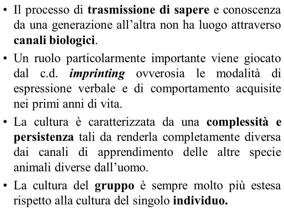 Il processo di trasmissione di sapere e conoscenza da una generazione all'altra non ha luogo attraverso canali biologici.