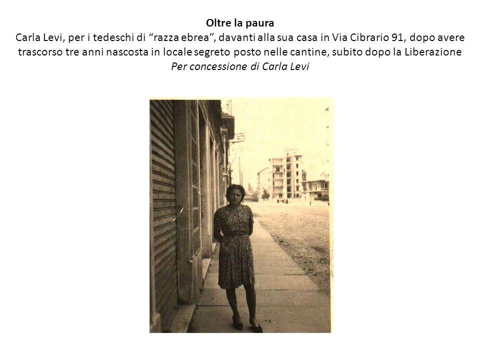 Oltre la paura Carla Levi, per i tedeschi di razza ebrea , davanti alla sua casa in Via Cibrario 91, dopo avere trascorso tre anni nascosta in locale segreto posto nelle cantine, subito dopo la Liberazione Per concessione di Carla Levi
