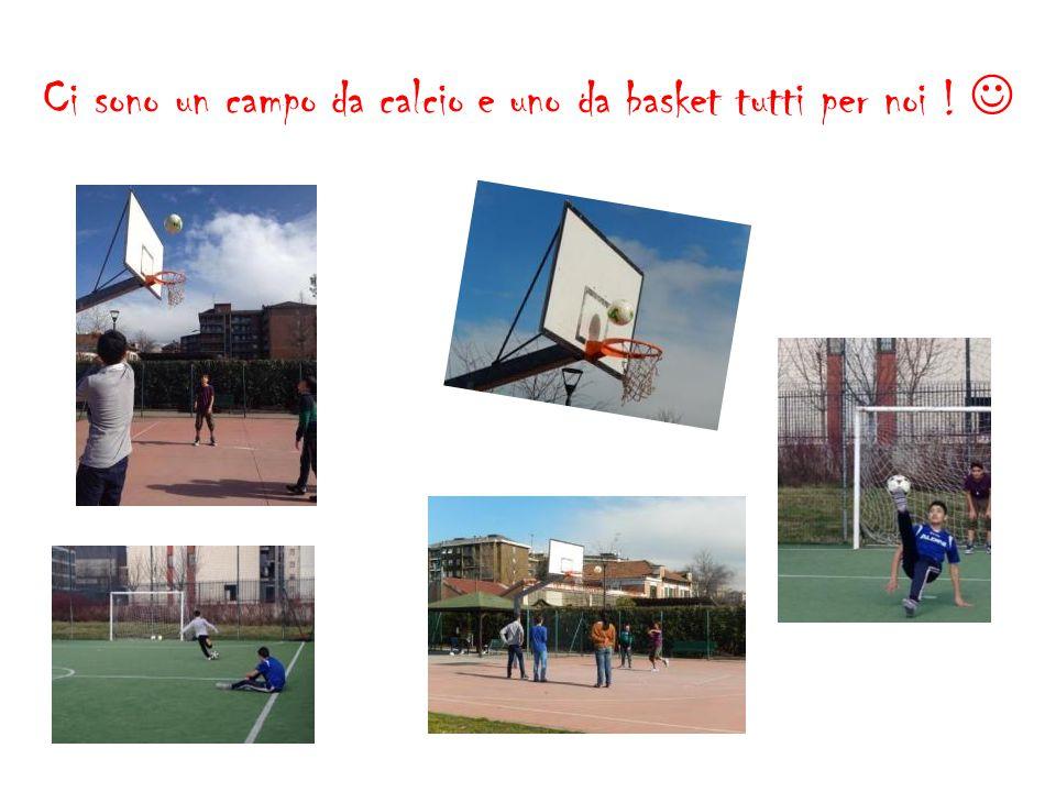 Ci sono un campo da calcio e uno da basket tutti per noi ! 