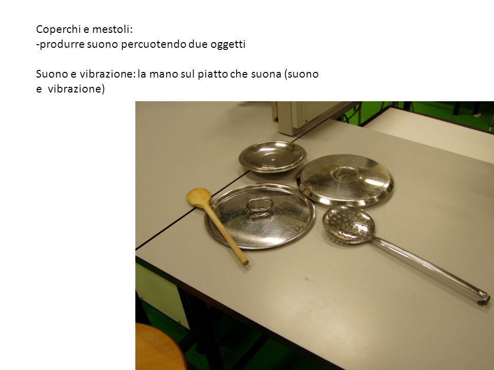 Coperchi e mestoli:produrre suono percuotendo due oggetti.