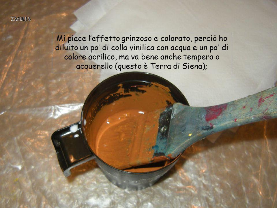 Mi piace l'effetto grinzoso e colorato, perciò ho diluito un po' di colla vinilica con acqua e un po' di colore acrilico, ma va bene anche tempera o acquerello (questo è Terra di Siena);
