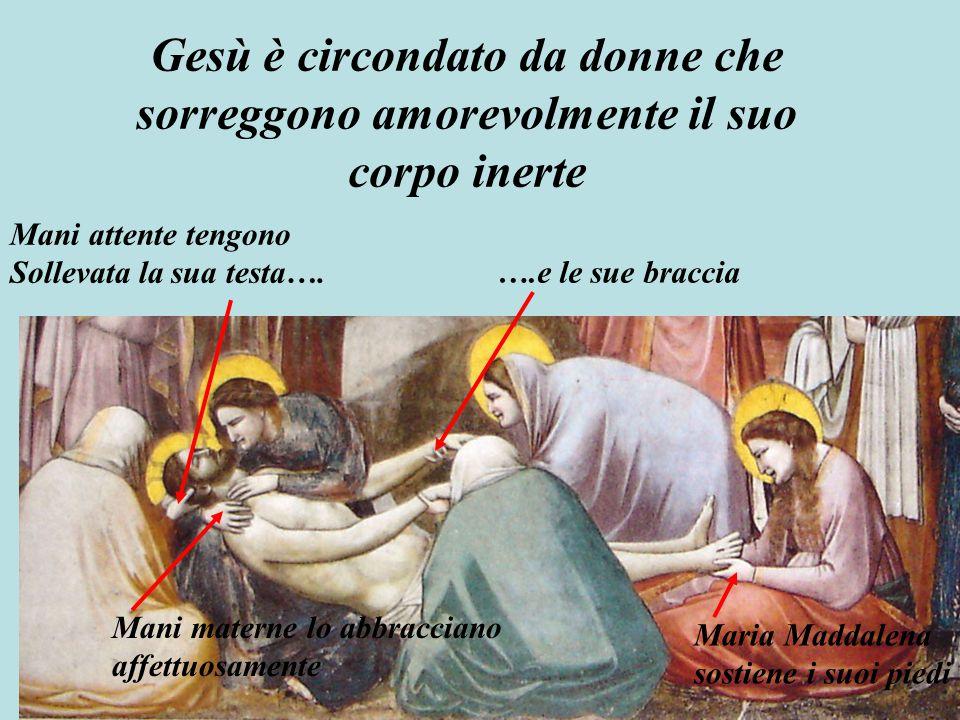 Gesù è circondato da donne che sorreggono amorevolmente il suo corpo inerte