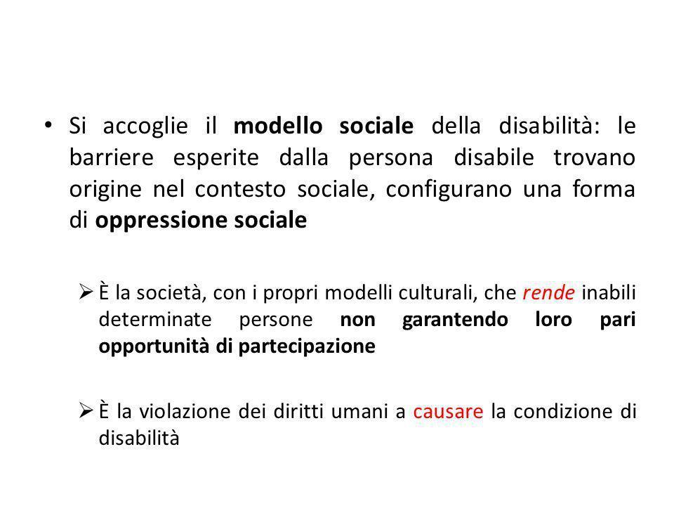 Si accoglie il modello sociale della disabilità: le barriere esperite dalla persona disabile trovano origine nel contesto sociale, configurano una forma di oppressione sociale