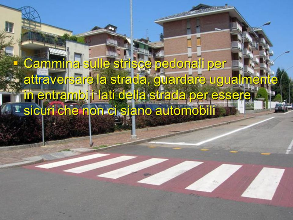 Cammina sulle strisce pedonali per attraversare la strada, guardare ugualmente in entrambi i lati della strada per essere sicuri che non ci siano automobili