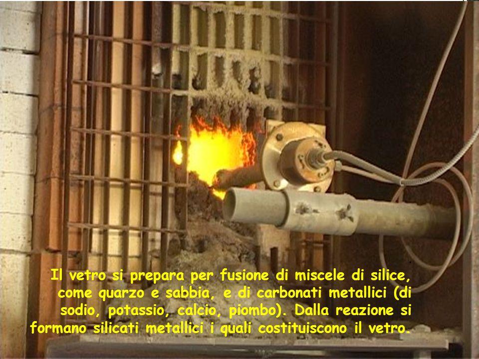 Il vetro si prepara per fusione di miscele di silice, come quarzo e sabbia, e di carbonati metallici (di sodio, potassio, calcio, piombo).