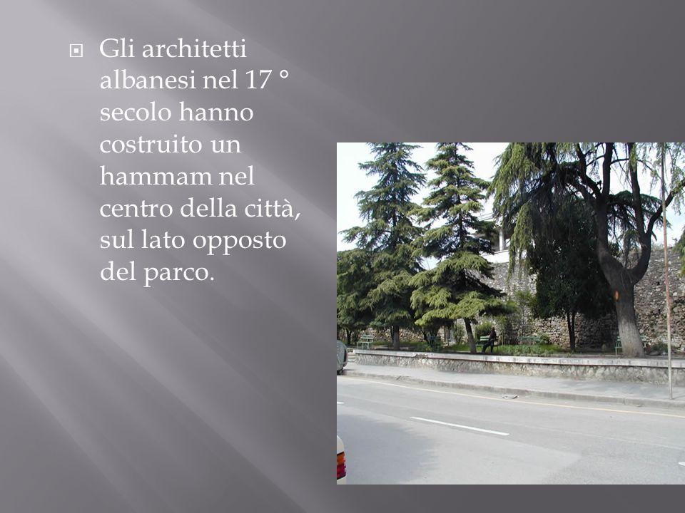 Gli architetti albanesi nel 17 ° secolo hanno costruito un hammam nel centro della città, sul lato opposto del parco.