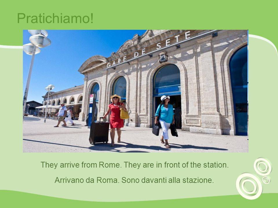 Pratichiamo! They arrive from Rome. They are in front of the station.