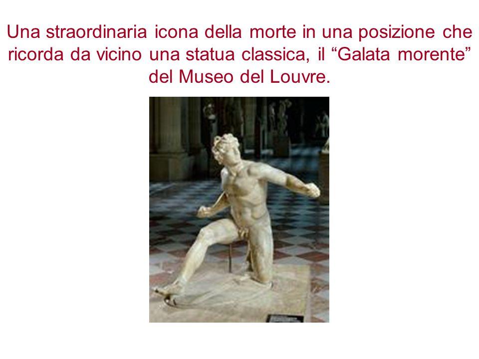 Una straordinaria icona della morte in una posizione che ricorda da vicino una statua classica, il Galata morente del Museo del Louvre.