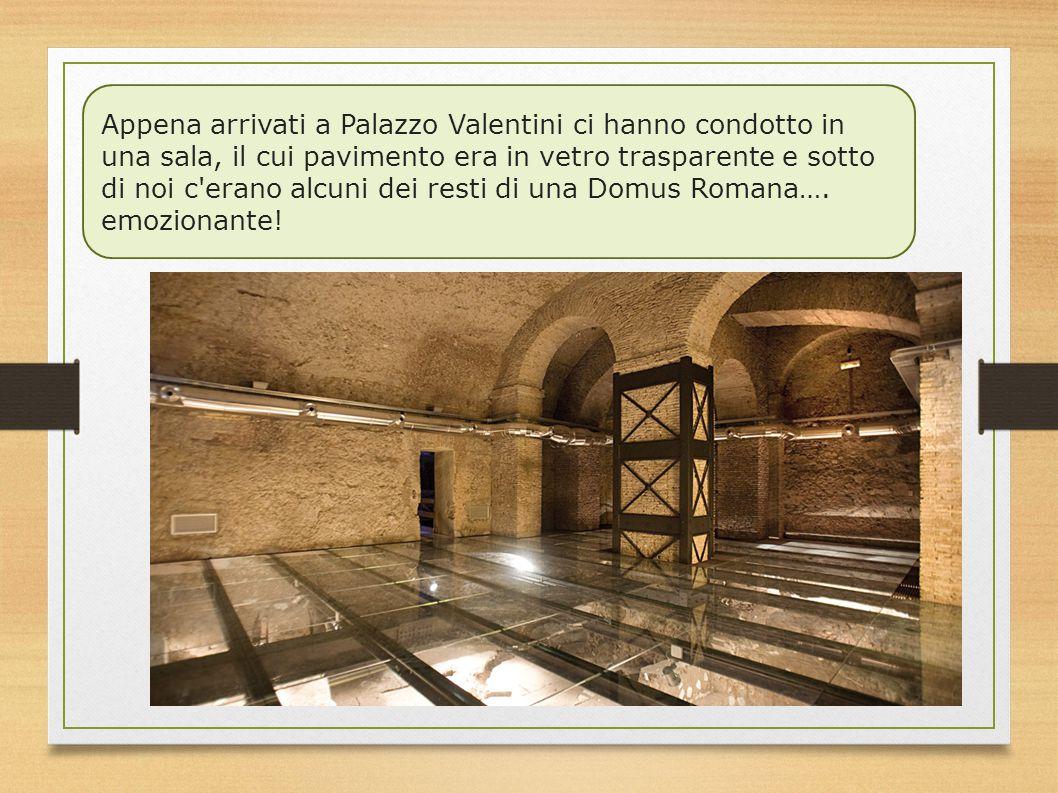 Appena arrivati a Palazzo Valentini ci hanno condotto in una sala, il cui pavimento era in vetro trasparente e sotto di noi c erano alcuni dei resti di una Domus Romana….