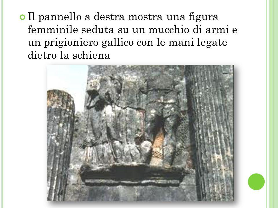 Il pannello a destra mostra una figura femminile seduta su un mucchio di armi e un prigioniero gallico con le mani legate dietro la schiena