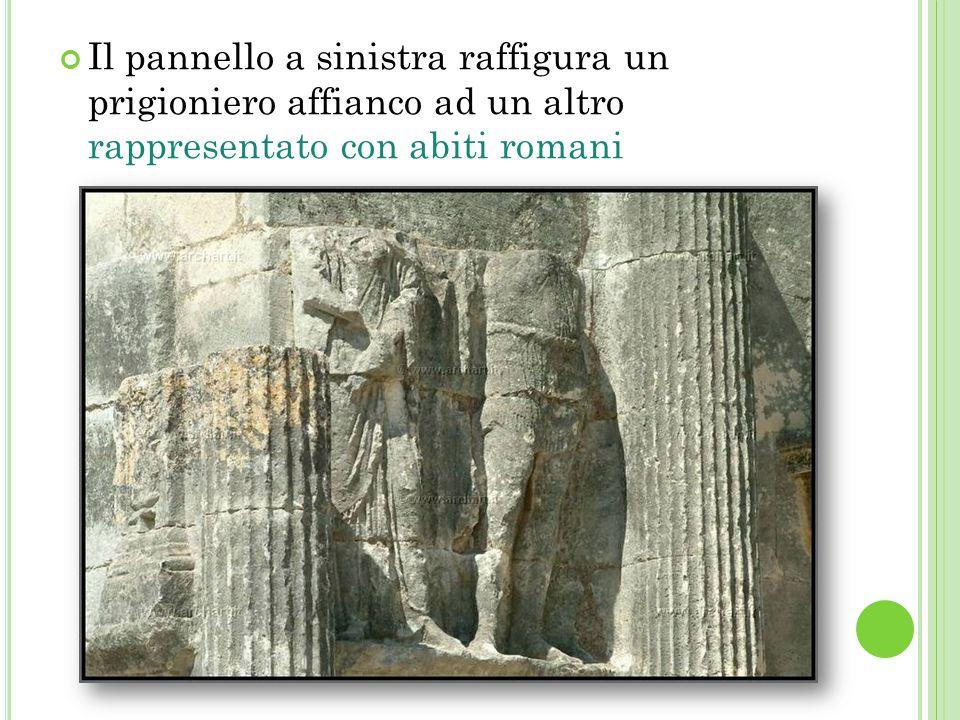 Il pannello a sinistra raffigura un prigioniero affianco ad un altro rappresentato con abiti romani