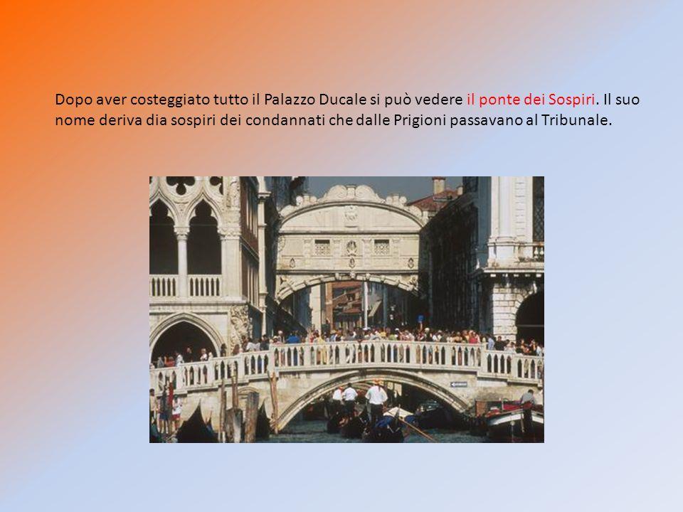 Dopo aver costeggiato tutto il Palazzo Ducale si può vedere il ponte dei Sospiri.