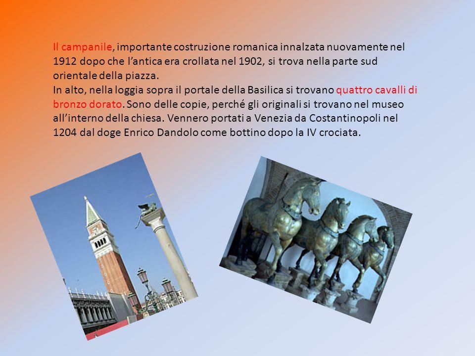 Il campanile, importante costruzione romanica innalzata nuovamente nel 1912 dopo che l'antica era crollata nel 1902, si trova nella parte sud orientale della piazza.