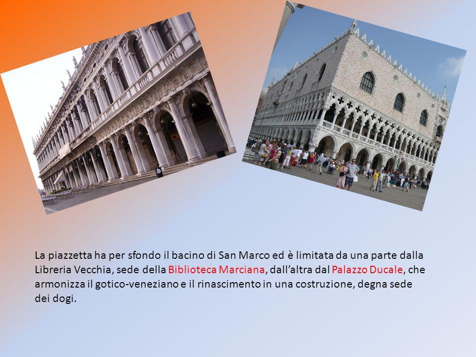 La piazzetta ha per sfondo il bacino di San Marco ed è limitata da una parte dalla Libreria Vecchia, sede della Biblioteca Marciana, dall'altra dal Palazzo Ducale, che armonizza il gotico-veneziano e il rinascimento in una costruzione, degna sede dei dogi.