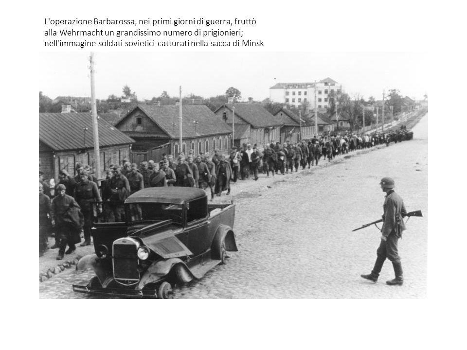 L operazione Barbarossa, nei primi giorni di guerra, fruttò alla Wehrmacht un grandissimo numero di prigionieri; nell immagine soldati sovietici catturati nella sacca di Minsk