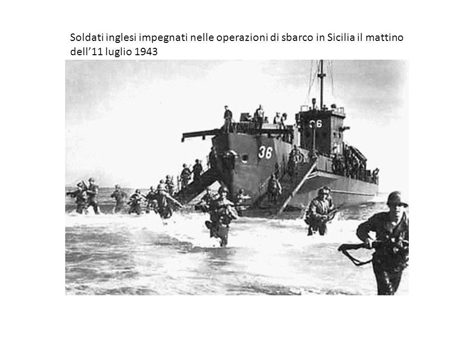 Soldati inglesi impegnati nelle operazioni di sbarco in Sicilia il mattino dell'11 luglio 1943