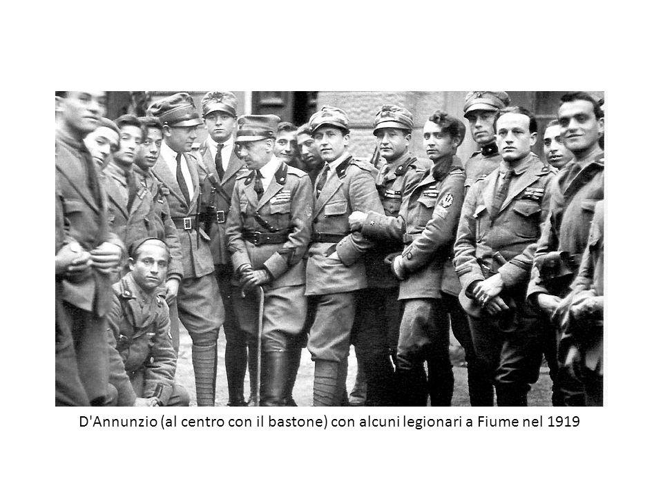 D Annunzio (al centro con il bastone) con alcuni legionari a Fiume nel 1919